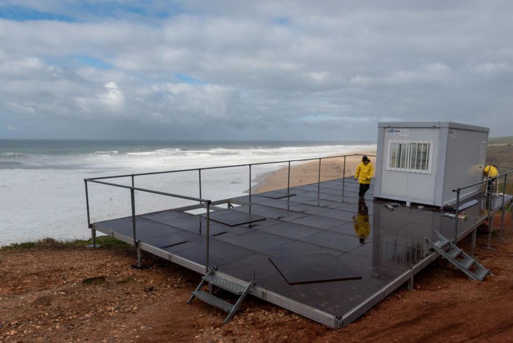 Montagem do container de julgamento e comentários em meio a condições climáticas adversas em Nazaré.